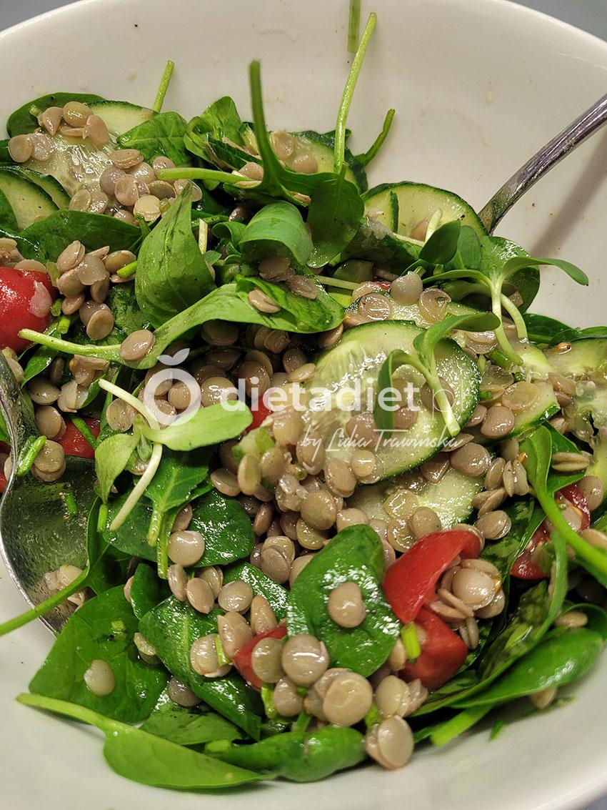 Błyskawiczna sałatka z zielonej soczewicy